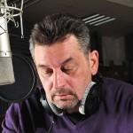 """Artur Dziurman w studiu Radia Kraków czyta """"Sekret Kroke"""" / fot. Wojciech Gruszka / Radio Kraków"""